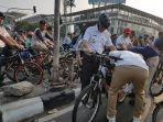 anies-baswedan-menjajal-jalur-sepeda-baru-jakarta.jpg
