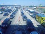 antrian-kendaraan-di-gerbang-tol-cikarang-utama_20180618_165550.jpg