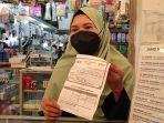 ari-pedagang-obat-di-pasar-koja-baru-koja-jakarta-utara-menunjukkan-surat-vaksin.jpg