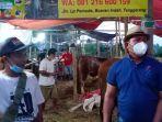 asep-hidayat-membeli-dua-ekor-sapi-di-lapak-nabawi-farm.jpg
