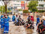 banjir-di-jalan-kemang-raya-2.jpg