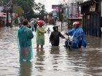 banjir-di-jalan-raya-bintara_pondok-kopi-kranji-putus.jpg
