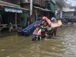 banjir-rob-merendam-permukiman-warga201020201.jpg