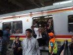 banyak-penumpang-krl-dari-bekasi-pingsan4.jpg