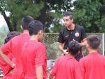bek-persija-otavio-dutra-latih-pemain-persija-jakarta-soccer-school.jpg