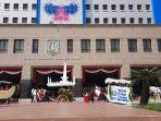 belasan-delman-berhias-bunga-konvoi-keliling-halaman-kantor-wali-kota-jakarta-barat.jpg