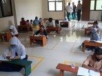 belasan-siswa-mendatangi-kantor-kelurahan-jatirahayu290720202.jpg