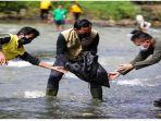 bima-arya-bersihkan-sungai-ciliwung.jpg