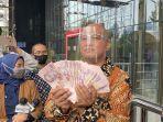 boyamin-saiman-serahkan-100-ribu-dolar-singapura-kepada-kpk-3.jpg