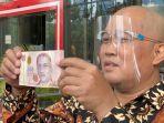 boyamin-saiman-serahkan-100-ribu-dolar-singapura-kepada-kpk-4.jpg