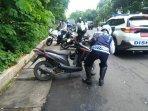 bulan-tertib-trotoar-di-kecamatan-setiabudi-25-kendaraan-digembosi.jpg