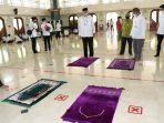 bupati-tangerang-ahmed-zaki-iskandar-menjelaskan-simulasi-protokol-kesehatan-covid-19-di-masjid.jpg