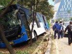 bus-transjakarta-keluar-jalur-tabrak-pohon-di-grogol5.jpg