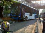 bus-transjakarta-tabrak-tiang-penyangga-halte-6_20180925_132044.jpg