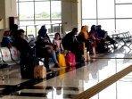 calon-penumpang-di-terminal-bus-terpadu-pulo-gebang181220201.jpg