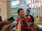 ceo-persija-jakarta-ferry-paulus-menjawab-pertanyaan-wartawan-di-stadion-wibawa-mukti.jpg