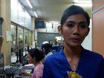 christina-damayanti-25-seorang-petugas-loket-stasiun-gambir_20180422_212845.jpg