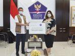 covid-19-doni-monardo_signify-indonesia-lea-indra_unit-troli-uv-c.jpg