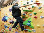 dedie-resmikan-boulder-climbing-gym.jpg