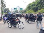 demonstrasi-di-jalan-gerbang-pemuda-senayan-jakarta-pusat-bubar-kamis-8102020.jpg