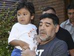 diego-armando-maradona-bersama-anak-bungsungnya-dieguito-fernando.jpg