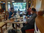 dokter-timnas-indonesia-syarif-alwi-kiri-saat-diwawancarai-wartawan-warta-kota.jpg