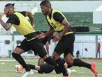 dua-pemain-asing-baru-henrique-santos-dan-demerson-bruno-costa-tampak-ikut-latihan.jpg