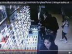 dua-remaja-putri-curi-kacamata_20181011_180551.jpg