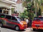 evakuasi-dua-jenazah-perempuan-di-blok-h-perumahan-gema-pesona-estate.jpg