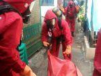 evakuasi-jenazah-pria-paruh-baya-bernama-agus-di-kampung-pengarengan-rt-0406-jatinegara.jpg