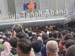 foto-dan-video-kerumunan-di-stasiun-tanah-abang-jakarta-sabtu-152021.jpg