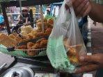 foto-pedagang-gorengan-masih-menggunakan-kantong-plastik030720203.jpg