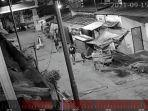 foto-rekaman-cctv-aksi-geng-motor-menyerang-rumah-warga-di-jalan-kembung.jpg