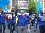 gabungan-serikat-buruh-indonesia-gsbi-berdemo-di-depan-patung-kuda-monas.jpg