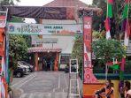 gapura-berhias-golok-betawai-raksasa-di-kelurahan-lagoa.jpg