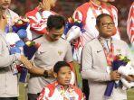 gelandang-timnas-indonesia-u-23-evan-dimas-duduk-di-kursi-roda-saat-acara-penyerahan-medali.jpg