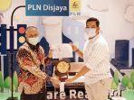 gm-pln-unit-induk-distribusi-jakarta-raya-doddy-b-pangaribuan_emir-muhaimin_penghargaan.jpg