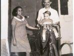 gubernur-dki-jakarta-anies-baswedan-ketika-berusia-1-tahun-bersama-ayah-dan-ibunya-di-yogyakarta_20180508_061359.jpg