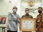gubernur-dki-jakarta-anies-baswedan-menerima-piagam-penghargaan-dari-kemendagri.jpg