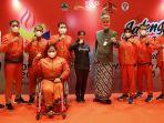 gubernur-jateng-ganjar-pranowo-berpose-bersama-atlet-pon-xx-dan-peparnas-xvi-papua.jpg