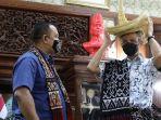 gubernur-jateng-ganjar-pranowo-mencoba-topi-khas-rote-ntt.jpg