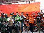 gubernur-jawa-barat-ridwan-kamil-kiri-pendistribusian-bantuan-di-kantor-pos-indonesia_.jpg