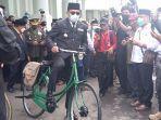 gubernur-jawa-barat-ridwan-kamil-menggunakan-sepeda-ontel.jpg