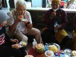 gubernur-jawa-tengah-ganjar-pranowo-mencicipi-pong-blosok-makan-khas-pulau-parang.jpg