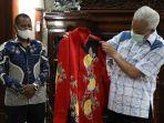 gubernur-jawa-tengah-ganjar-pranowo-mendapat-batik-dari-rektor-universitas-cendrawasih.jpg