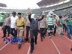 gubernur-khofifah-menonton-pertandingan-final-leg-1-piala-presiden-2019.jpg