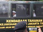 habib-rizieq-shihab-di-dalam-mobil-tahanan.jpg