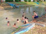 hilangkan-penat-sekolah-online-anak-anak-berenang-di-sungai.jpg