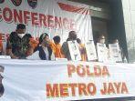 ilis-penangkapan-13-tersangka-pinjaman-online-pinjol-ilegal-di-mapolda-metro-jaya.jpg