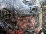 ilustrasi-mengusir-embun-dari-kaca-helm-di-saat-hujan.jpg